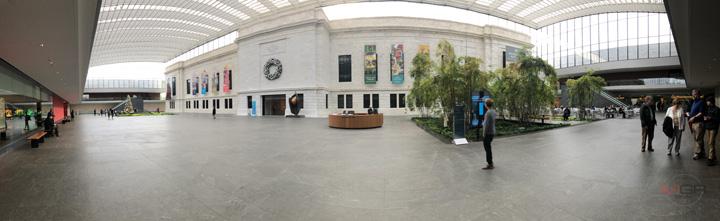 ภายในพิพิธภัณฑ์ศิลปะแห่งคลีฟแลนด์ (Cleveland Museum of Art) ส่วนเอเทรียม ที่เพิ่งสร้างเสร็จและเปิดให้บริการไม่นานมานี้ด้วยเงินลงทุนกว่า 350 ล้านเหรียญสหรัฐฯ โดยการก่อสร้างครั้งนี้ช่วยเพิ่มให้พิพิธภัณฑ์มีพื้นที่จัดแสดงงานมากถึง 55,000 ตารางเมตร