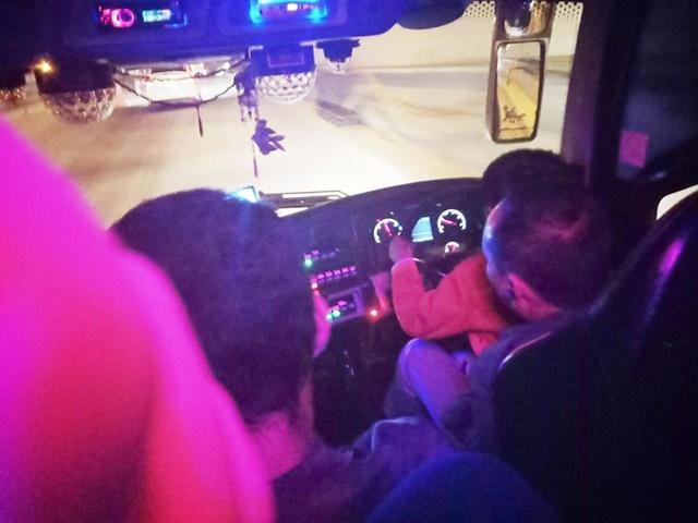 """สาวโวย! เจอโชเฟอร์สอนลูกขับรถทัวร์ ลั่น """"รถโดยสารไม่ใช่สนามเด็กเล่น"""" (ชมคลิป)"""
