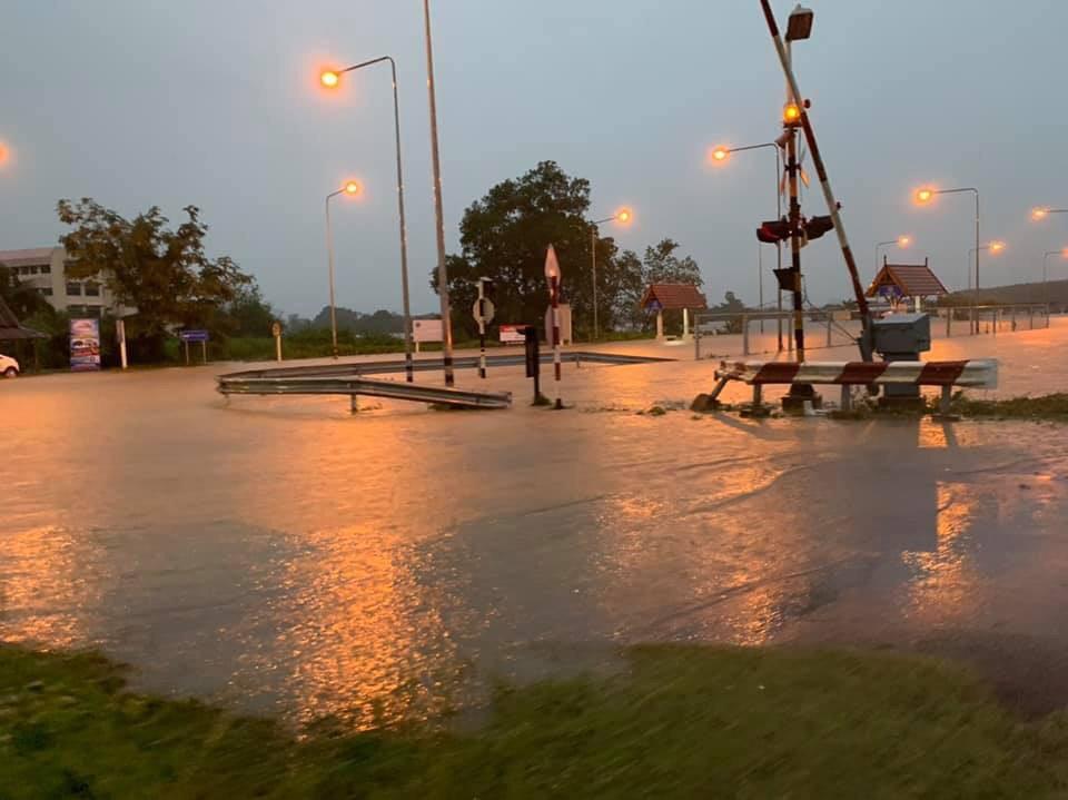 น้ำทะลักท่วมทางรถไฟช่วงนครศรีฯ รฟท.ปรับเส้นทางเดินรถสายใต้ ชั่วคราว
