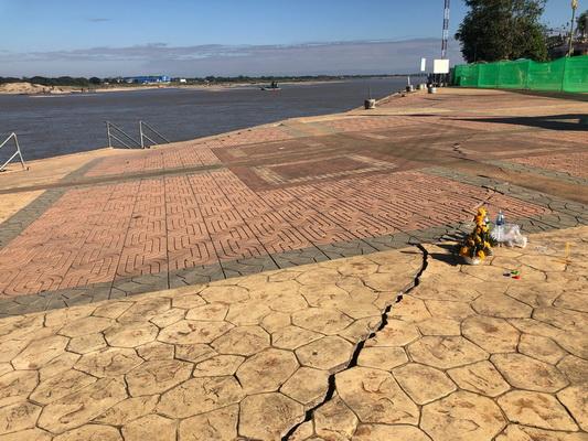 พื้นปูนหน้าพระธาตุหล้าหนองคาย ริมแม่น้ำโขง ทรุดเป็นแนวยาว