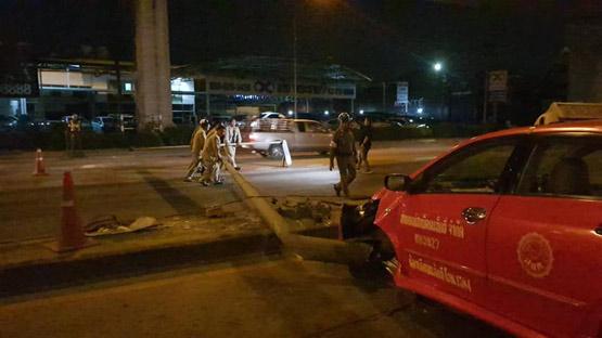 แท็กซี่ชนเสาไฟฟ้าหักโค่นกีดขวางการจราจรถนนพระราม 9