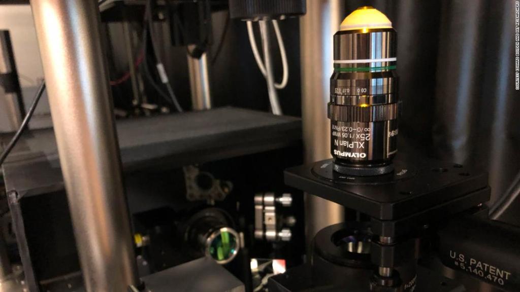 """MIT พบวิธีหดวัตถุจิ๋วระดับนาโน ไม่ต้องง้อ """"ไฟฉายย่อส่วน"""""""
