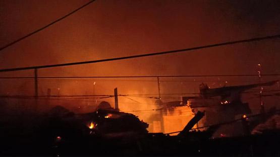 ระทึกกลางดึกไฟไหม้ชุมชนแออัดย่านบางคอแหลม เผาวอดกว่า10 หลัง