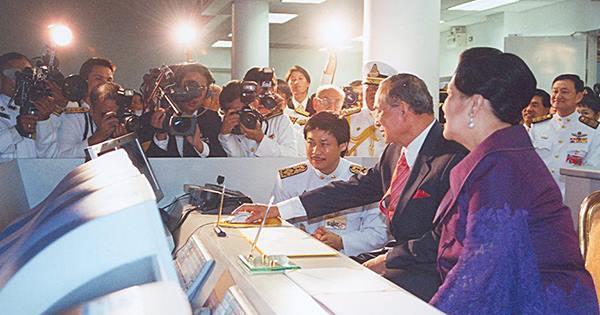 พระเจ้าอยู่หัวรัชกาลที่ ๙ และสมเด็จฯพระบรมราชินีนาถ ทรงเปิด  รถไฟฟ้าใต้ดินสายแรกของประเทศไทย