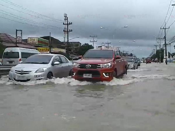 ฝนถล่มน้ำท่วมถนนสายเก่าหาดใหญ่-สงขลาหลายจุด รถติดหนักในชั่วโมงเร่งด่วน