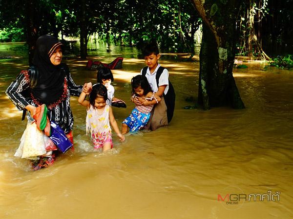 """น้ำป่าหลากท่วมเพิ่มอีกจุด ผู้ว่าฯ ประกาศ """"ควนขนุน"""" เป็นเขตให้ความช่วยเหลือฉุกเฉิน"""