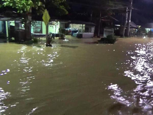 สำรวจสภาพยามค่ำคืนในเขต ทต.นาโยงเหนือน้ำยังท่วมสูง ชาวบ้านเดือดร้อนเพียบ