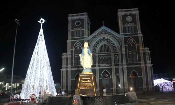 ชาวจันท์ แห่ชมการแต่งไฟรับเทศกาลคริสต์มาส วิหารพระนางมารีอาปฏิสนธินิรมล