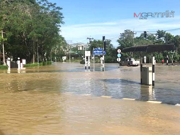 หลายจุดในเขตเทศบาลนครตรังน้ำยังท่วมสูง จนท.ต้องช่วยระบายรถบริเวณแยก