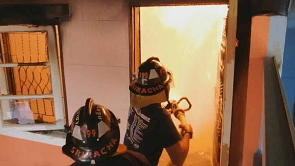 ไฟไหม้บ้านทาวน์เฮ้าส์สองชั้นวอด คาดไฟฟ้าลัดวงจร