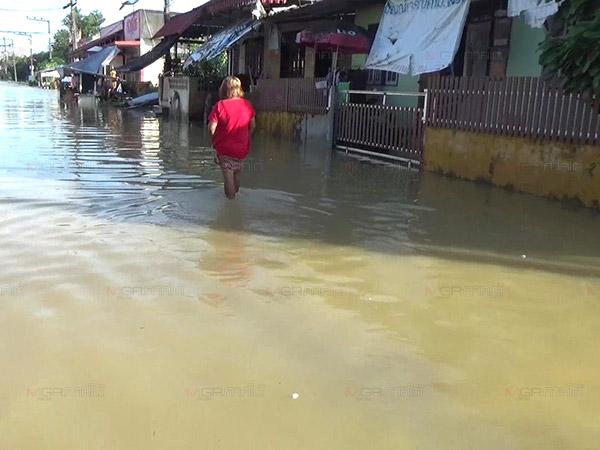 หลายชุมชนในตัวเมืองตรังน้ำยังท่วมสูง เฝ้าระวังบริเวณริมแม่น้ำต่อเนื่อง