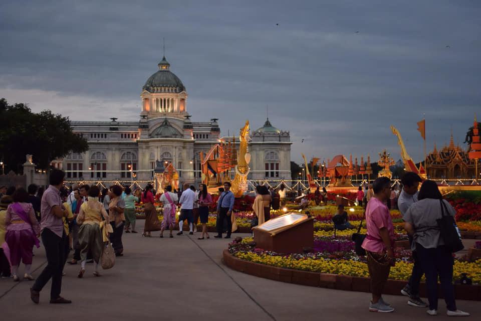ปชช.แต่งชุดไทยเที่ยวงานอุ่นไอรักฯอย่างต่อเนื่อง เย็นนี้ อลังการการแสดงเห่เรือพระราชพิธีจำลอง 2 รอบการแสดง
