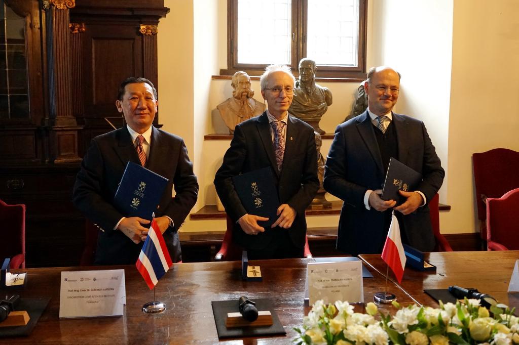 ครั้งแรกของไทยนักวิจัยไทยได้โอกาสพัฒนาเทคโนโลยีซินโครตรอนให้โปแลนด์