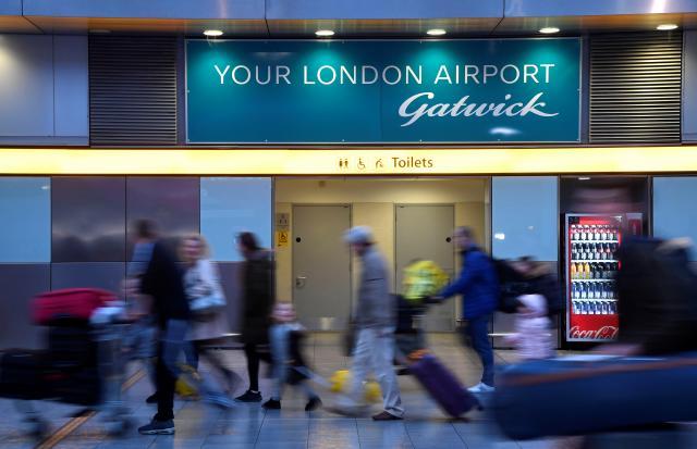 สนามบินแกตวิคกลับมาเปิดให้บริการได้อีกครั้ง หลังเจอโดรนบินป่วน