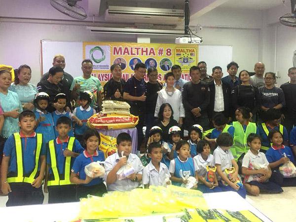"""กลุ่ม """"MALTHA"""" บิ๊กไบค์ใจบุญทั้งไทย-มาเลเซีย ร่วมจัดกิจกรรมถนนปลอดภัย มอบหมวกให้น้อง"""
