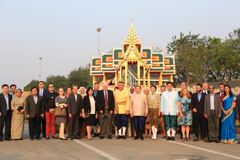 คณะทูต 23 ประเทศมาเยี่ยมชมงานอุ่นไอรักฯ ประทับการแสดงแสง เสียงเห่เรือพระราชพิธี