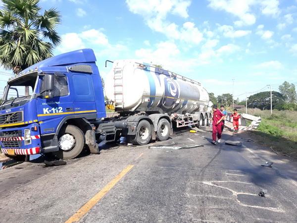 ชนสนั่น ! รถบรรทุกน้ำมันประสานงารถทัวร์แฉลบอัดก๊อปปี้รถกระบะทางหลวงขึ้นเหนือผ่านพิจิตรติดขัดหนัก