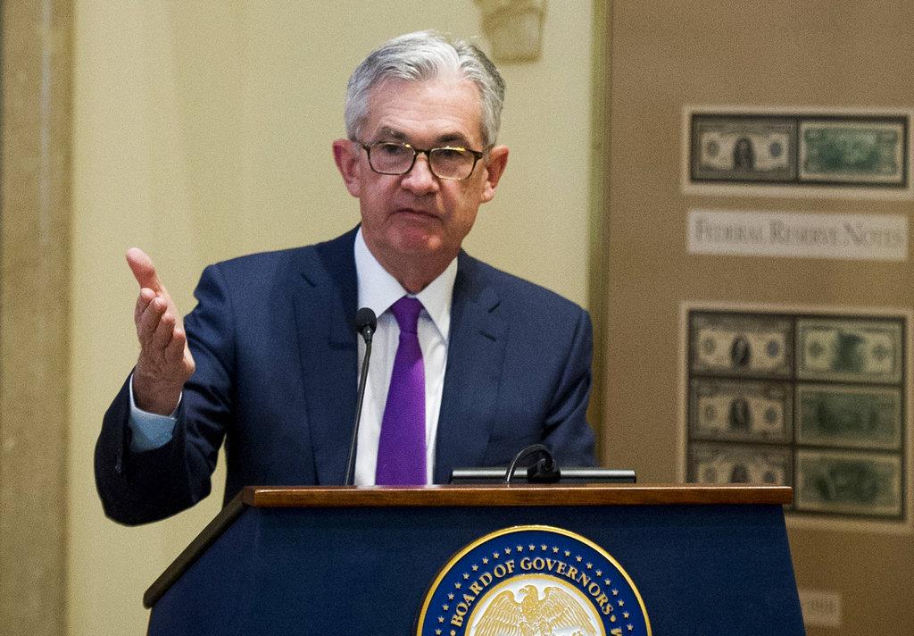 <i>เจอโรม เพาเวลล์ ประธานของธนาคารกลางสหรัฐฯ (ภาพจากแฟ้มถ่ายเมื่อ 29 พ.ย. 2018) ทั้งนี้สื่อสหรัฐฯรายงานว่า ประธานาธิบดีโดนัลด์ ทรัมป์ ปรารภกับพวกรัฐมนตรีว่าจะปลดเขาออกจากตำแหน่ง  ทว่าในเวลาต่อมารัฐมนตรีคลัง สตีเวน มนูชิน อ้างคำกล่าวของทรัมป์ ปฏิเสธข่าวนี้ </i>