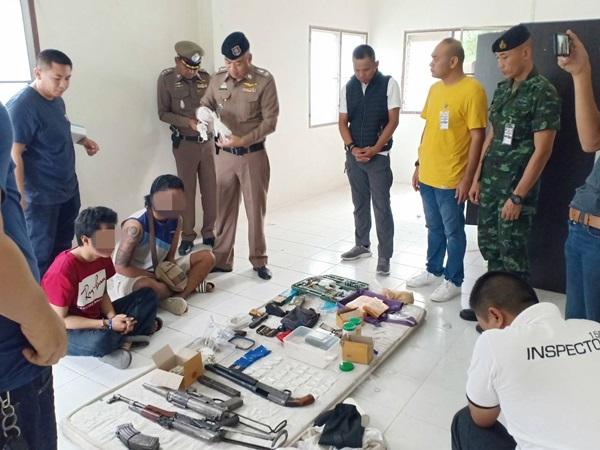 สนธิกำลังตำรวจ ทหาร บุกทลายรังแก๊งปล้นโหด พบอาวุธสงคราม ห้องเช่าย่านนครชัยศรี