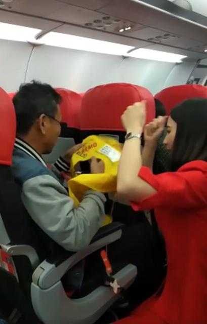 ชื่นชม! แอร์โฮสเตสอธิบายวิธีใช้อุปกรณ์ความปลอดภัยบนเครื่องบิน ให้ผู้พิการทางสายตา (ชมคลิป)