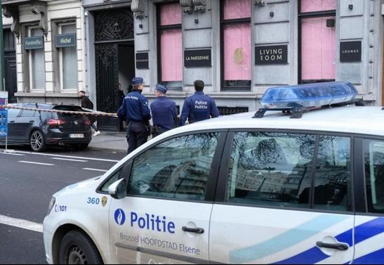 """ระทึก!! ตำรวจเบลเยียมออกล่าตัว หลังชายลึกลับใช้ """"ไรเฟิล AK45"""" ยิงเข้าไปในร้านอาหาร ก่อนหลบหนี"""