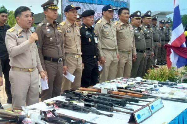 จับเพียบ ! ตำรวจกระบี่กวาดล้างอาชญากรรมยึดอาวุธสงคราม- ปืน 50 กระบอก พร้อมยาบ้า