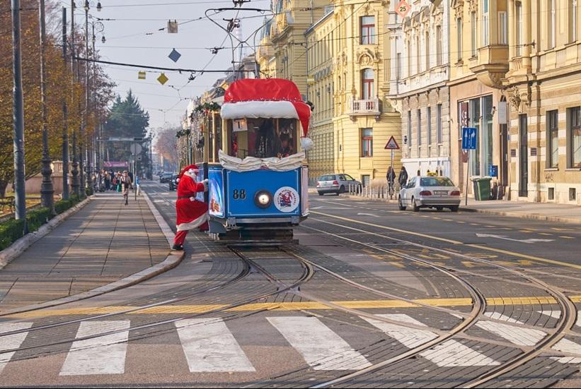 """In Pics: ชมภาพ """"ซานตาคลอสในชุดสีแดงสด"""" บนรถโดยสารรอบโลก ฉลองรับวันคริสต์มาสในไม่อีกกี่ชั่วโมงข้างหน้า"""