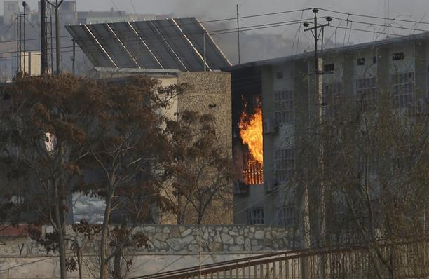 """In Pics :ระทึก! ติดอาวุธส่ง """"คาร์บอมบ์""""  โจมตีอาคารสนง.รบ.อัฟกานิสถานกลางคาบูล ดับ 43"""