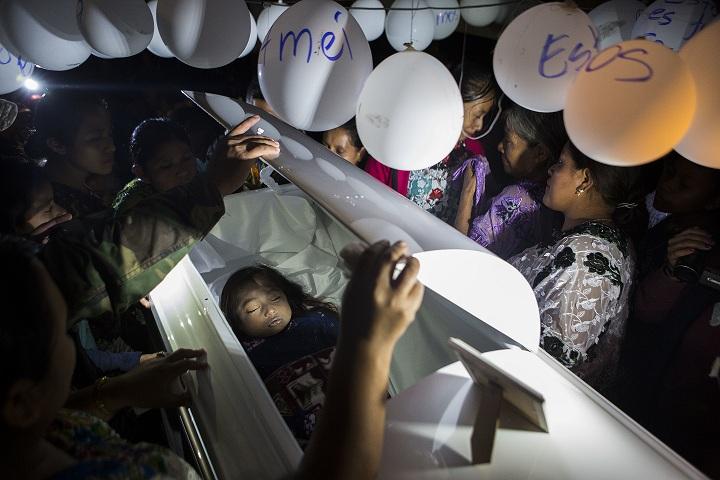"""In Pics:สุดรันทด!! ครอบครัวเด็กหญิงอพยพกัวเตมาลา 7 ขวบ ดับระหว่างถูกสหรัฐฯคุมตัว """"ไม่มีแม้แต่ค่ารถ"""" ไปรับหีบศพที่สนามบิน"""