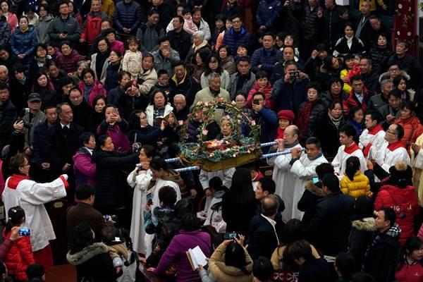 ชาวคริสต์คาทอลิกในจีนเข้าร่วมพิธีมิสซาในวันคริสต์มาส อีฟในนครเซี่ยงไฮ้ (ภาพ รอยเตอร์ส)