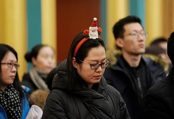 """ชาวคริสต์คาทอลิกในจีนเข้าร่วมพิธีมิสซาในวันคริสต์มาส อีฟ ที่อาสนวิหารคาทอลิก """"ซีสือ คาธีดรัล"""" แห่งกรุงปักกิ่ง ในวันคริสต์มาส อีฟ 24 ธ.ค. (ภาพ รอยเตอร์ส)"""