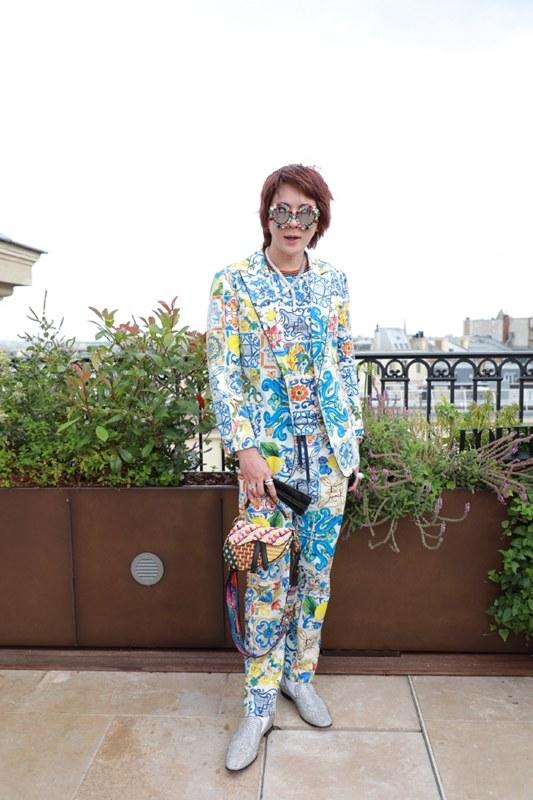 มาร์ค ธาวิน พี เซียวตง แฟชั่นนิสต้าตัวท็อปในชุดสูทลายพิมพ์แมตช์ทั้งชุดของ Dolce&Gabbana และกระเป๋าสะพายรุ่นสุดฮิตของ Dior