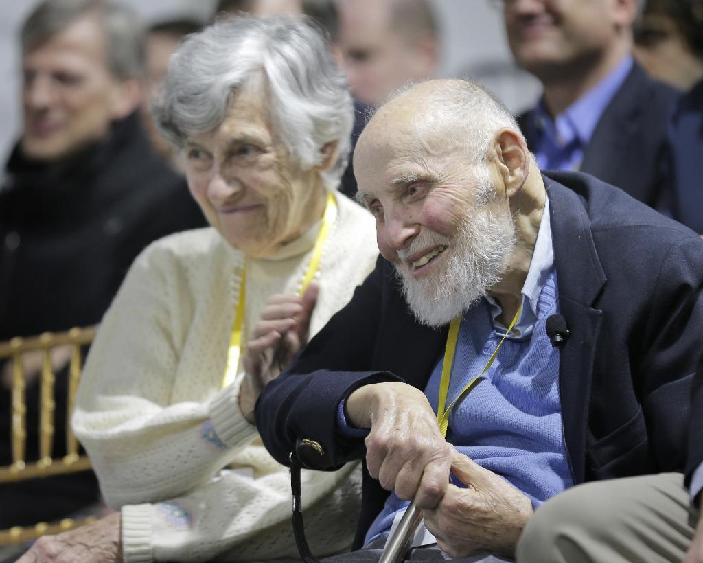 อาร์เธอร์ แอชกิน และภรรยา ภายในงานเชิดชูเกียรติที่ โนเกีย เบลล์ แล็บ (AP Photo/Seth Wenig)