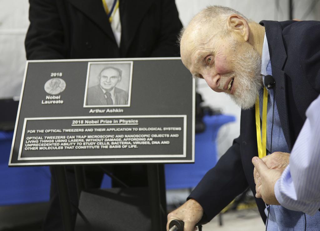 อาร์เธอร์ แอชกิน กับแผ่นป้ายเชิดชูเกียรติ ภายในงานเชิดชูเกียรติที่ โนเกีย เบลล์ แล็บ (AP Photo/Seth Wenig)