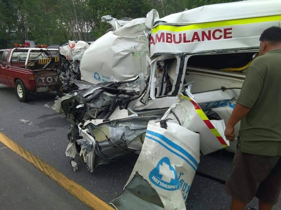 รถพยาบาลชนยับ พุ่งเสยท้ายพ่วง 18 ล้อ ผู้ช่วยพยาบาล ตาย 1