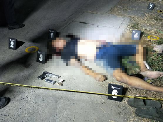 หนุ่มเมาแล้วห้าวเอาปืนจ่อจะยิงคนในวงเหล้า เจอสวนด้วยขวดปากฉลามดับ