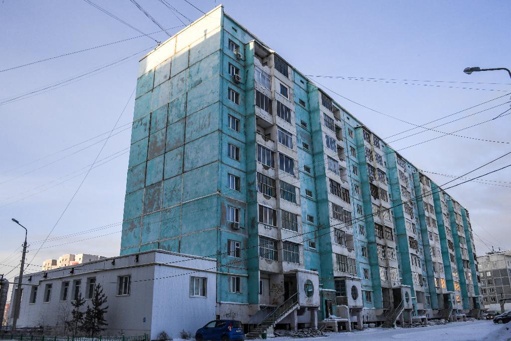 ตึกอาคารที่แตกร้าวในเมืองยาคุตสค์ (Mladen ANTONOV / AFP)