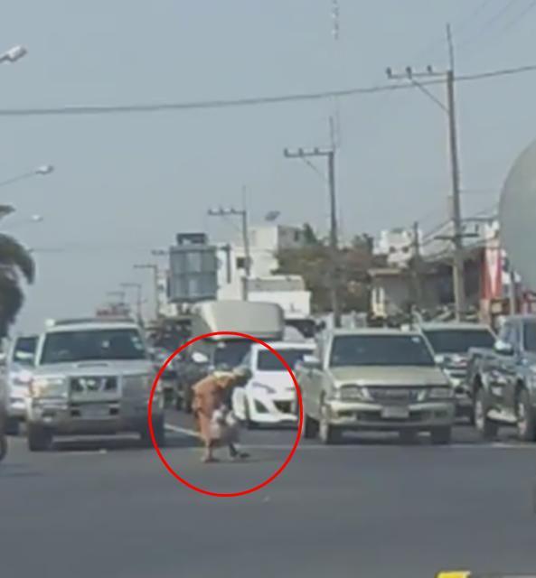 ประทับใจ! ตร.พาคุณยายข้ามถนน โดยกดหยุดสัญญาณไฟจราจร