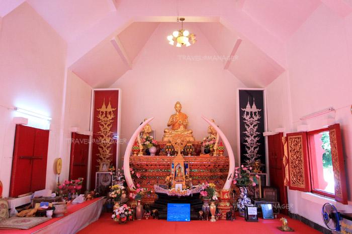 พระพุทธรูปภายในวิหาร