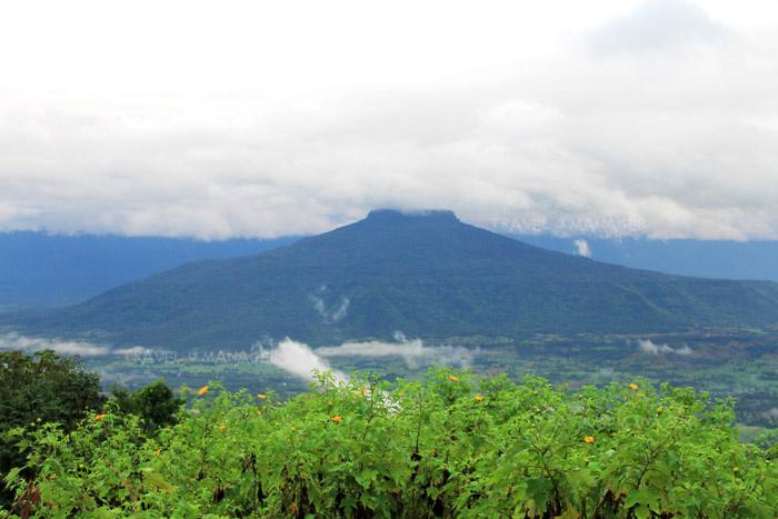 ภูป่าเปาะ-มองเห็นภูหอ ภูเขายอดตัดที่มีเอกลักษณ์เฉพาะตัว