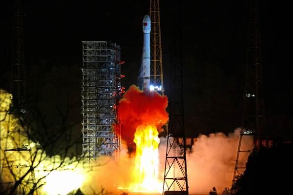 จรวดขนส่งลองมาร์ช (ฉังเจิง) -3B กำลังขนส่งยานสำรวจดวงจันทร์ฉังเอ๋อ-4 ขึ้นสู่อวกาศจากศูนย์ส่งดาวเทียมซีชาง มณฑลเสฉวน เมื่อวันที่ 8 ธ.ค. 2018 (แฟ้มภาพ รอยเตอร์ส)