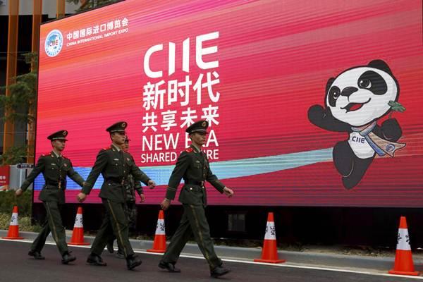 ป้ายประชาสัมพันธ์ มหกรรมแสดงสินค้านำเข้านานาชาติแห่งประเทศจีน (China International Import Expo) หรือ CIIE (แฟ้มภาพ เอพี)
