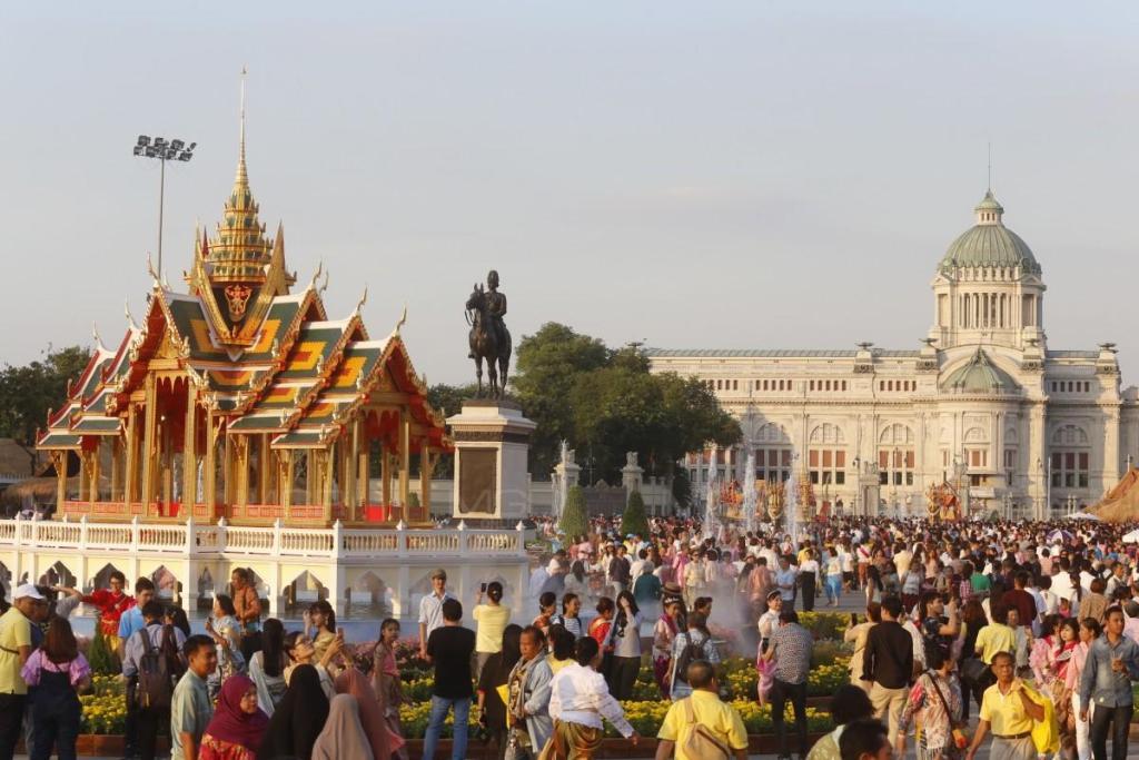 ประชาชนทั่วสารทิศ แต่งชุดไทยมารอร่วมนับถอยหลังวันปีใหม่ ในงานอุ่นไอรัก คลายความหนาว