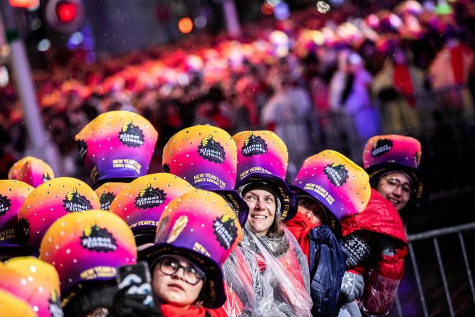 ชาวนิวยอร์กฉลองปีใหม่ที่ไทม์สแควร์ท่ามกลางสายฝน