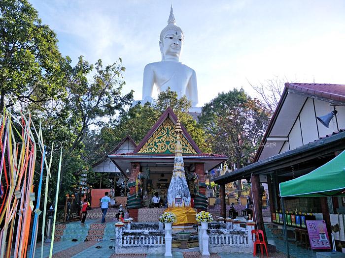 รอยพระพุทธบาทจำลองและพระธาตุประดิษฐานในศาลาด้านล่าง