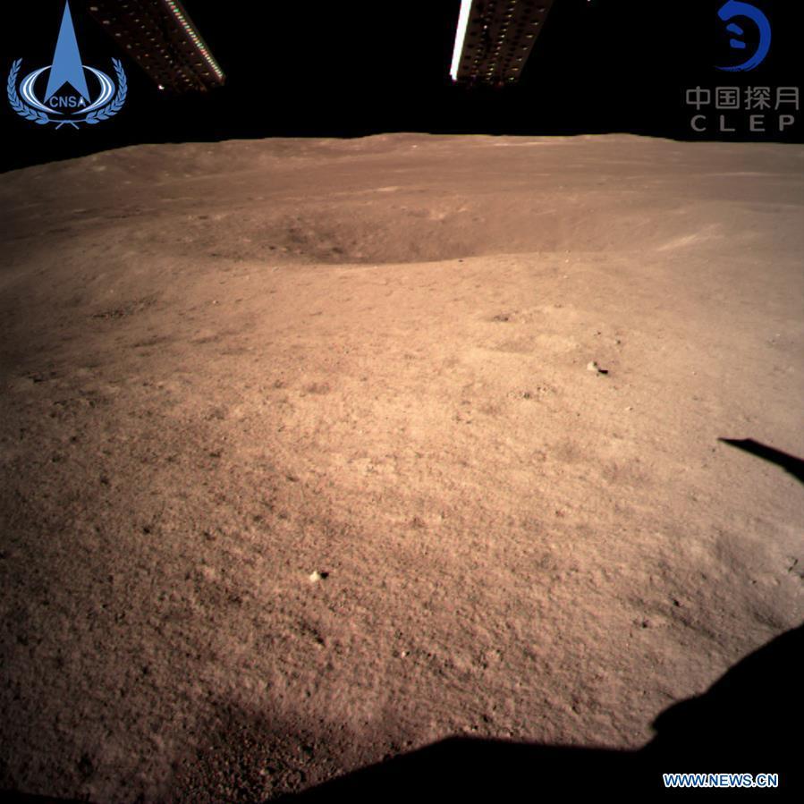 สำนักงานบริหารอวกาศจีน (China National Space Administration) เผยภาพแรกของอีกด้านดวงจันทร์จากยานฉางเอ๋อ 4 (HANDOUT / China National Space Administration / AFP)