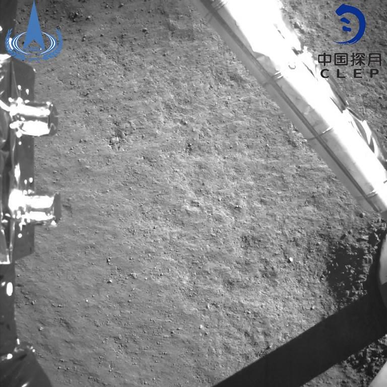 สำนักงานบริหารอวกาศจีน (China National Space Administration) เผยอีกภาพของอีกด้านดวงจันทร์จากยานฉางเอ๋อ 4 (HANDOUT / China National Space Administration / AFP)