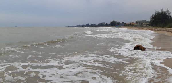ทะเลประจวบฯ คลื่นลมเริ่มรุนแรง  ทุกฝ่ายเตรียมรับมือ