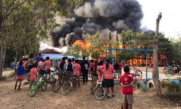 ครู-นร.ศรีสำโรง ร้องไห้ระงม..ไฟไหม้อาคารขณะยืนเคารพธงชาติ แถมลามไหม้บ้านอีกหลัง