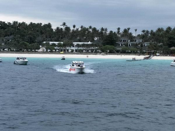 ภูเก็ตส่งเรือปะการังรับนักท่องเที่ยวต่างชาติติดเกาะราชา 120 คน กลับฝั่งปลอดภัย